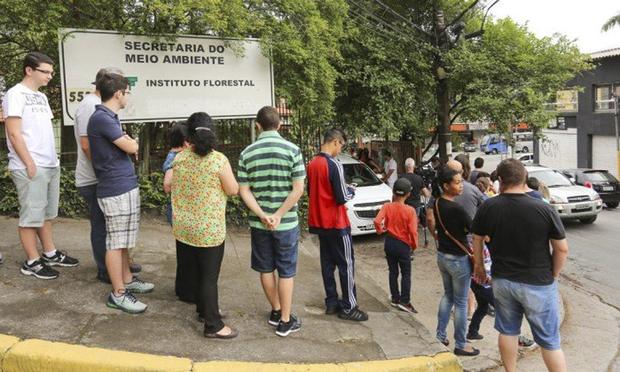 Moradores de áreas da capital paulista sem indicação para vacina contra a febre amarela formaram na sexta-feira longas filas em postos para garantir a imunização