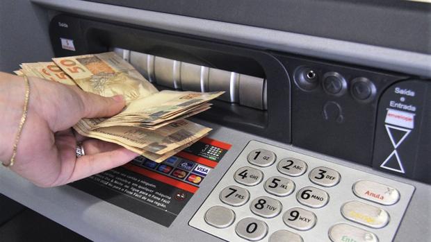 A administração municipal está quitando a folha de pagamento antes do vencimento do prazo, que é no 5º dia útil de cada mês
