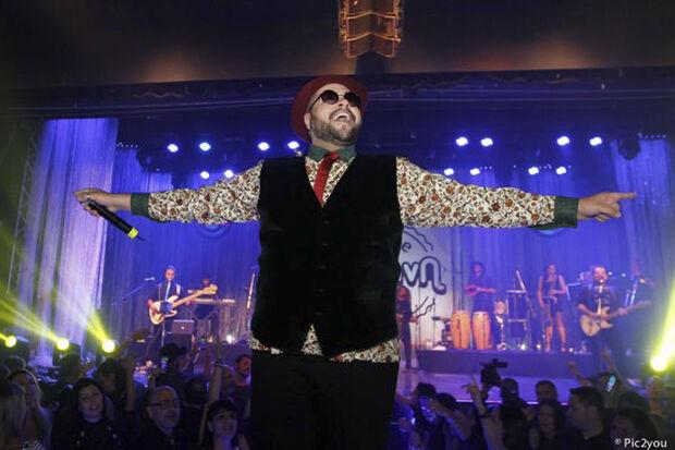 No Bloco Gambiarra com Tiago Abravanel, a festa anima o pré-carnaval com sucessos da música brasileira