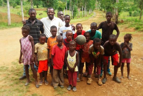 Haiti Jac-Ssone com jovens no bairro de Don de l amitié, na pequena cidade de Duchity, à oeste da capital Porto Príncipe