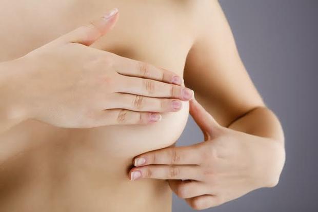 A cirurgia de aumento de mama dura em torno de 40 a 60 minutos e pode ser feita através de anestesia local com sedação ou por anestesia geral