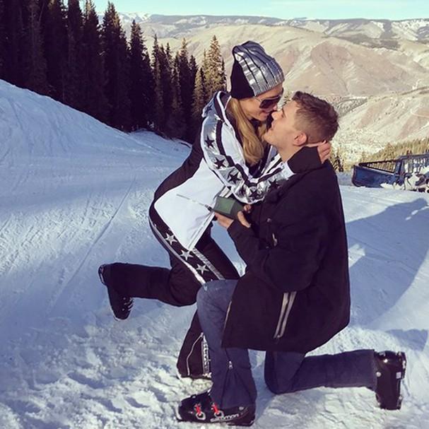 Muito feliz e animada por estar noiva do amor da minha vida, escreveu Paris no Instagram