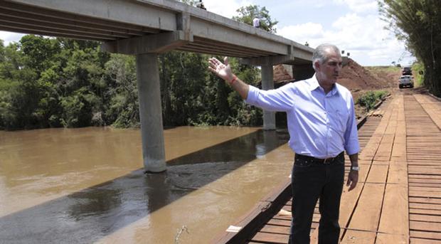 Há três anos, a situação era de calamidade, com as enxurradas destruindo as pontes de madeira, ilhando pessoas e acarretando outros prejuízos