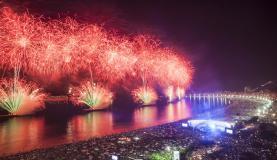 Réveillon na Praia de Copacabana reuniu 2,4 milhões de pessoas. Festa de Ano-Novo teve 17 minutos de queima de fogos (Gabriel Monteiro/Riotur)