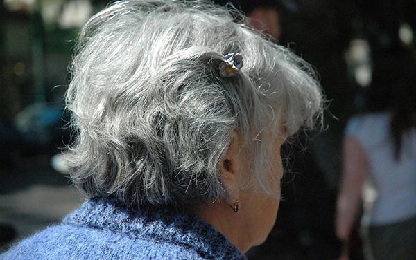 A doença de Alzheimer é uma condição que causa o declínio da função cognitiva e a incapacidade de realizar atividades da vida diária.