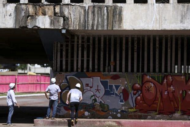 Defesa Civil e Departamento de Estradas de Rodagens do DF fiscalizam viaduto próximo ao que desabou há uma semana na região central de Brasília (Marcelo Camargo/Agência Brasil)