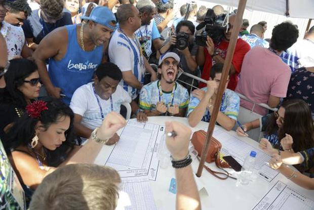 Integrantes da escola de samba Beija-Flor de Nilópolis comemoram o título de campeã do carnaval de 2018