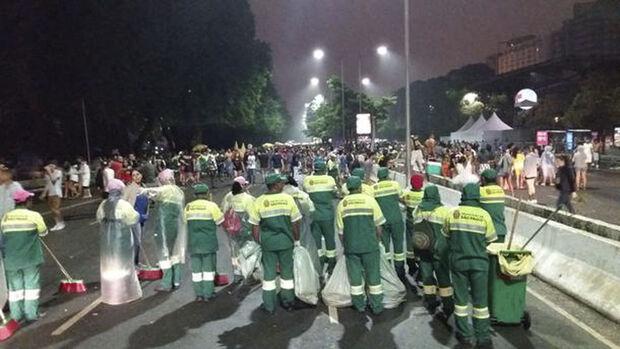 Às 23h, alguns grupos de jovens ainda dançavam nas calçadas da via, mas causando menos transtorno aos moradores