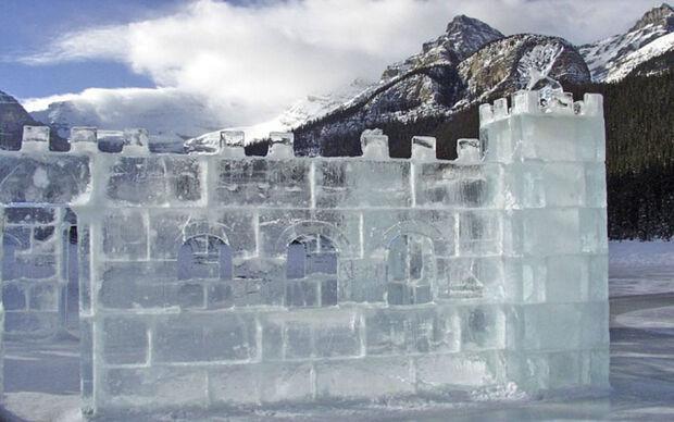 A matéria prima são grandes blocos de gelo gerados a partir da neve