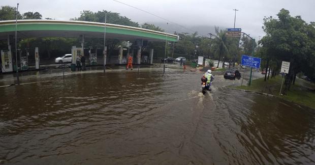 Na Avenida Brasil, a chuva deixou trechos alagados, em especial no Caju, Benfica e Manguinhos, bairros da zona norte, o que torna o trajeto de carros, ônibus e caminhões mais demorado