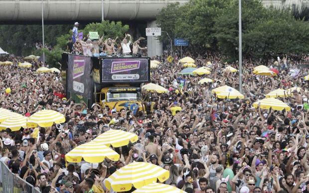 Mais 104 desfiles estão programados para o fim de semana, no encerramento do evento, e devem atrair um grande público com os blocos liderados pelas cantoras Claudia Leitte e Daniela Mercury