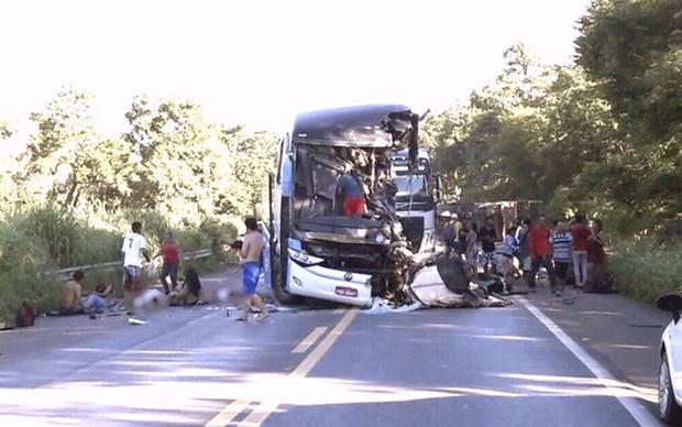 A última informação da PRF é que o motorista da carreta que tombou foi socorrido com vida e encaminhado ao hospital de Formosa para atendimento