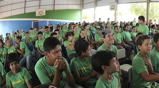 Além do kit, a SED entrega também o uniforme. Cada estudante novo recebe duas camisetas e os antigos uma