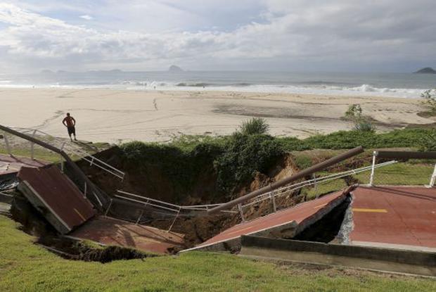 Com temporal, parte da Ciclovia Tim Maia desaba no Rio (Reuters/Sergio Moraes)