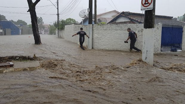 O alagamento atingiu a área central. Um grande muro desabou na Vila Amélia, mas ninguém ficou ferido