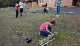 Em evento promovido pela Olimpíada Brasileira de Astronomia e Astronáutica estudantes preparam lançamento de foguetes de garrafas pet