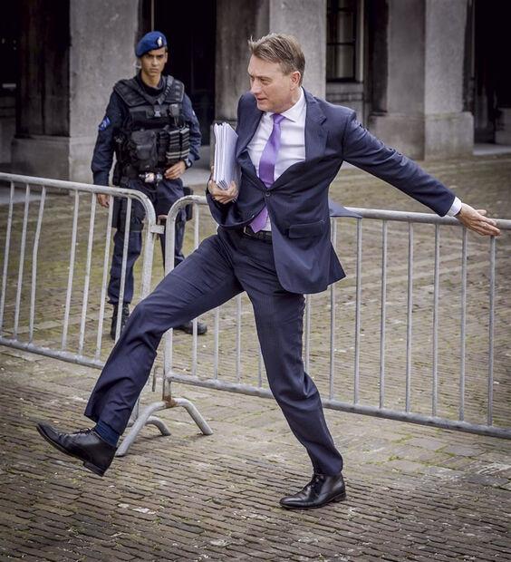 Em tom emocionado, Zijlstra anunciou sua saída do governo no início de um debate no qual seria interrogado por legisladores sobre as dúvidas relativas ao episódio