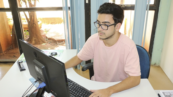 Os estudantes classificados realizam estágio com carga horária de até 20 horas semanais, compatíveis com o horário escolar, nas instituições indicadas pela Secretaria
