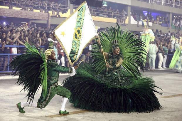 O desfile começou com uma luxuosa réplica do palácio da Quinta da Boa Vista, no carro abre-alas. Logo em seguida, vieram as baianas, vestidas como a Imperatriz Leopoldina