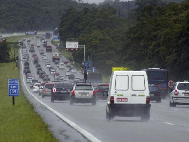 Na rodovia Carvalho Pinto, administrada pela Ecopistas, o tráfego é lento, sentido São Paulo, do km 93 ao km 90, pelo excesso de veículos