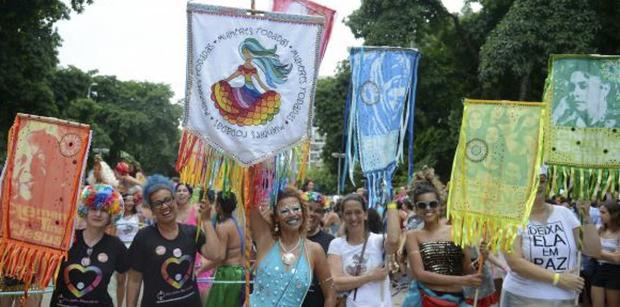 Bloco feminista Mulheres Rodadas desfila no Largo do Machado, zona sul do Rio