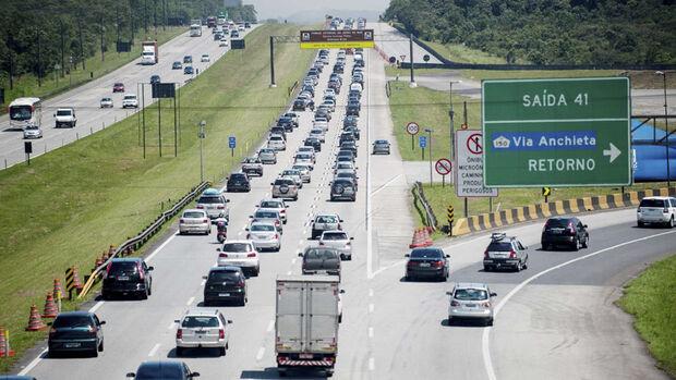 De acordo com a contagem da Ecovias, desde a meia-noite de quinta-feira, dia 8 mais de 466 mil veículos desceram a serra em direção à Baixada Santista
