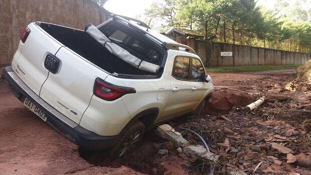 A rede de abastecimento de água do bairro, na rua NE2, rompeu novamente devido a enxurrada deixando a região sem abastecimento