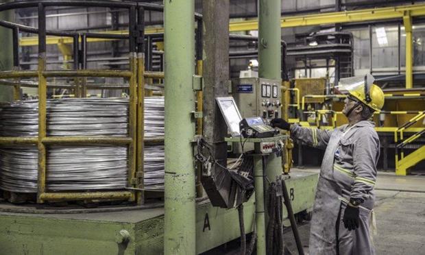 A produção industrial de dezembro foi revisada de uma alta de 0,9% para avanço de 0,4%