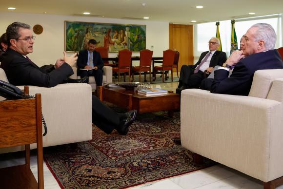Brasília - O presidente Michel Temer recebe o diretor-geral da Organização Mundial do Comércio (OMC), Roberto Azevêdo, no Palácio do Planalto (Alan Santos/PR)