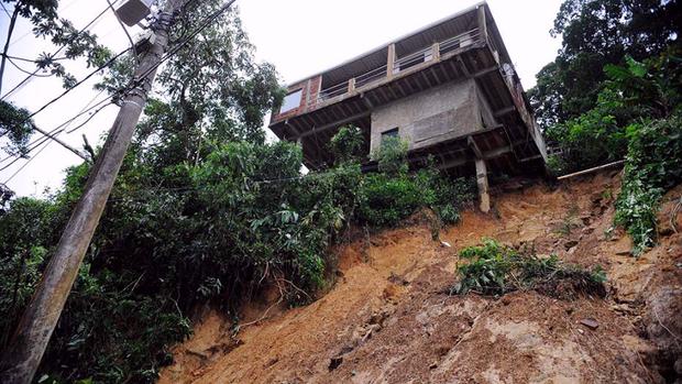 Deslizamento na BR-040, que liga o Rio de Janeiro a Juiz de fora, destruiu uma casa e abriu uma cratera às margens da pista. A Secretaria de Defesa Civil de Petrópolis interditou 50 casas
