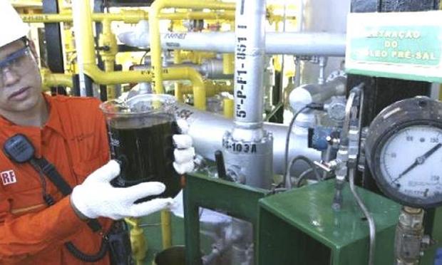 A EIA também aumentou a estimativa de produção de petróleo, dizendo esperar que o total aumente em 1,4 milhão de barris por dia em 2018