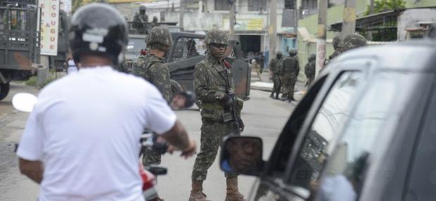 Segundo o MP, o grupo impõe seu controle circulando com fuzis e pistolas pelas ruas da cidade