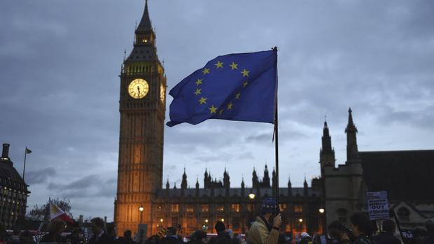 A Casa aprovou, por 544 votos a favor, 100 contra e 51 abstenções, um texto que determina que o Reino Unido, entre outras coisas, não poderá selecionar os benefícios do mercado da UE em qualquer acordo sobre relações futuras