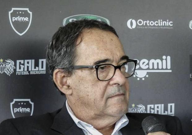 Jogadores do time de futebol do Atlético-MG, que joga nesta noite de quarta com o Figueirense, pela Copa do Brasil, também estiveram no velório
