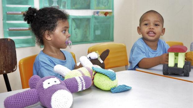 Os alunos ganharam carrinhos de madeira, jogos educativos, bolas e bonecos de crochê, que despertam a atenção e a criatividade das crianças