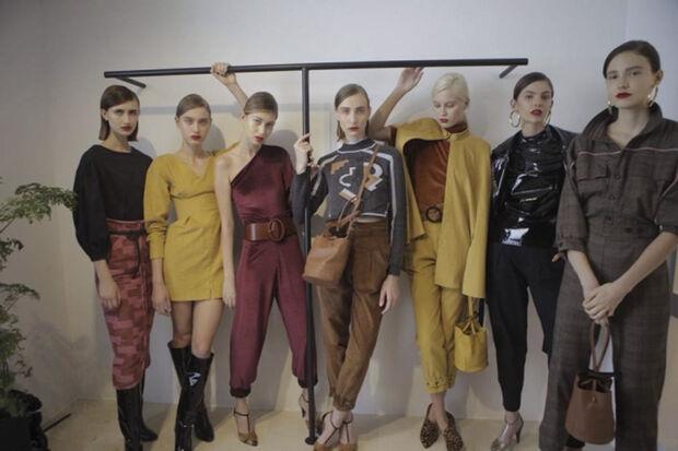 O frescor da coleção está justamente nesse balanço entre calças mais secas e minimalistas e os assimétricos