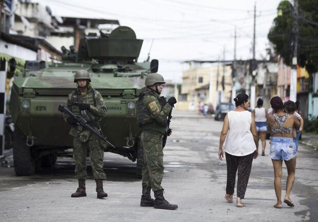 Há um mês, com o decreto de intervenção pelo presidente Michel Temer (MDB), a segurança do Rio saiu das mãos do governador Luiz Fernando Pezão (MDB) e passou para as do interventor Braga Netto