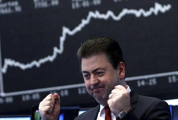 A Bovespa iniciou os negócios em alta nesta segunda-feira, 12, na esteira dos ganhos vistos nos mercados acionários internacionais