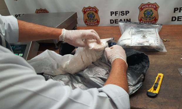 A droga foi encontrada em fundos falsos da mala