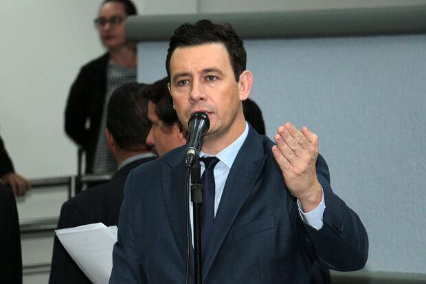 O vereador André Salineiro (PSDB) lembrou que lei federal proíbe a implantação do esgoto onde ainda não foi implantado o asfalto