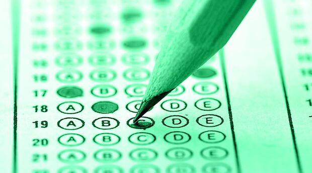 Encceja é destinado a pessoas com no mínimo 15 anos completos na data da realização das provas para a certificação do ensino fundamental e mínimo de 18 anos completos na data das provas para a certificação