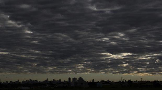 Nas demais áreas, o dia fica nublado a parcialmente nublado com pancadas de chuva isoladas, segundo o Instituto Nacional de Meteorologia (Inmet)