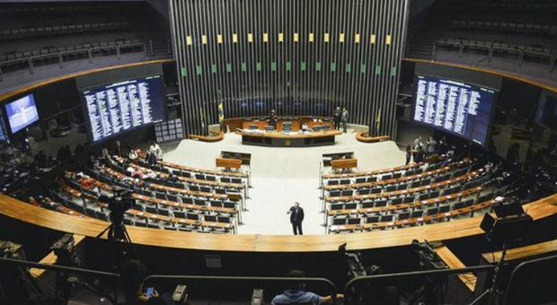 No plenário, os deputados devem votar o Projeto de Lei 1202, de 2007, que regulamenta a atividade de lobby - quando um grupo ou pessoa tenta influenciar o Executivo ou Legislativo para a adoção de medidas