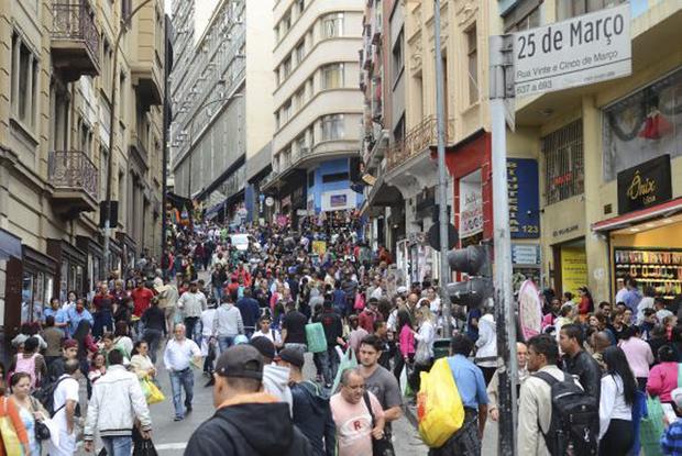 Movimento no comércio da Rua 25 de Março no mês do Natal