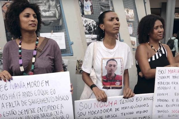 O filme mostra como os alvos preferenciais se encontram entre a população pobre e negra do Rio