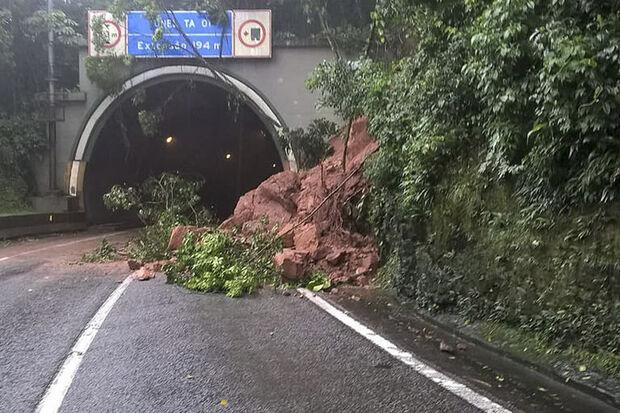 A rodovia Mogi-Bertioga também está interditada por conta de deslizamentos que atingiram suas pistas
