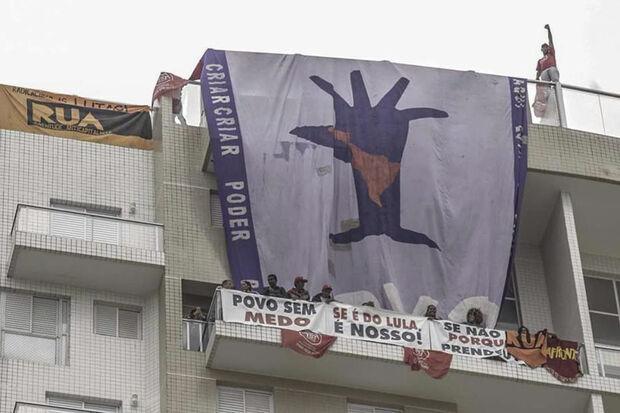 De acordo com a advogada do MTST Débora Camilo, a ocupação era uma forma de manifestação à prisão do ex-presidente