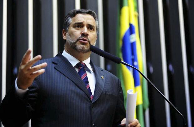 Segundo NasRuas, os parlamentares então de plantão no local, recebendo do erário público para não trabalhar