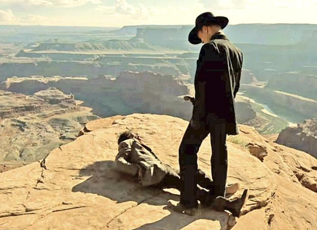 O bandido Hector se reencontra com Maeve (Thandie Newton), que no episódio final desistiu da oportunidade de sair de Westworld para procurar sua filha
