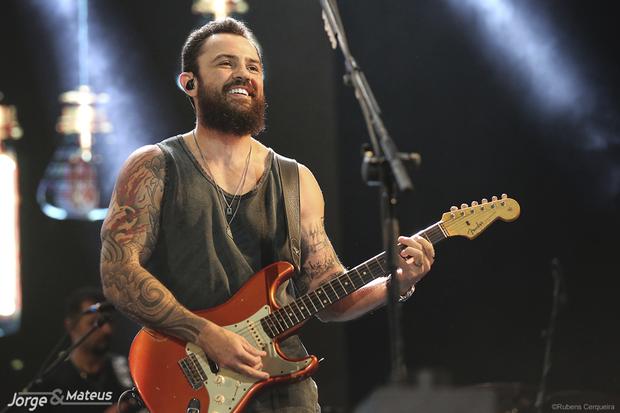 O cantor planeja fechar seu braço esquerdo apenas tatuagens que tenham relação com a música e feitas pelo sueco
